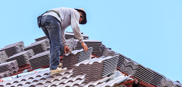 roofer-on-roof